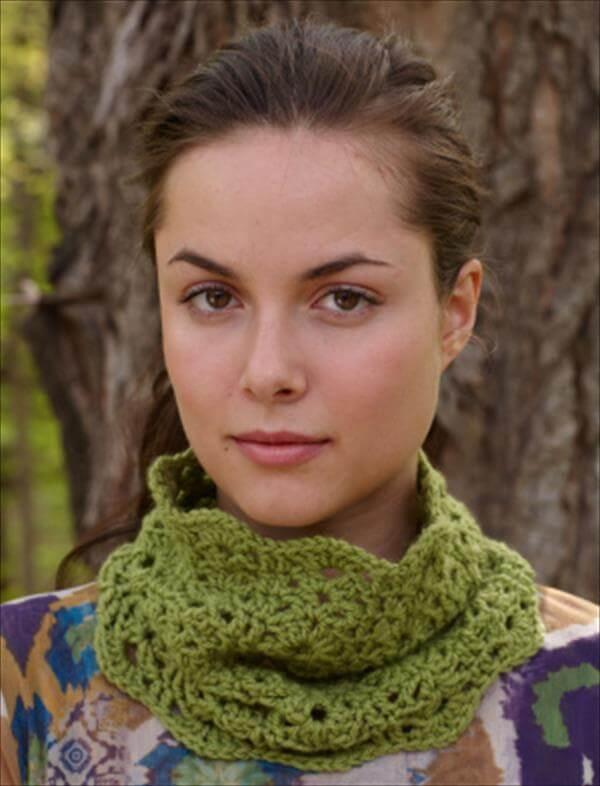 green scalloped crochet cowl pattern